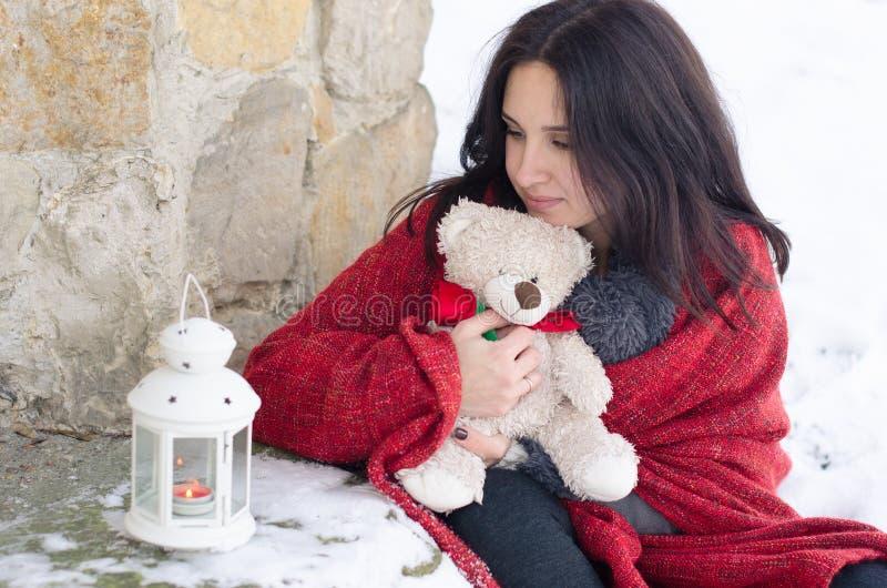 Portret van een mooi glimlachend meisje met teddybeer en lamp in de winter royalty-vrije stock afbeeldingen