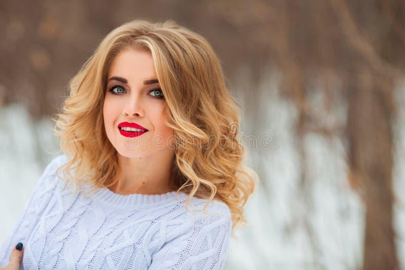 Portret van een mooi jong blondemeisje in de straat stock foto's