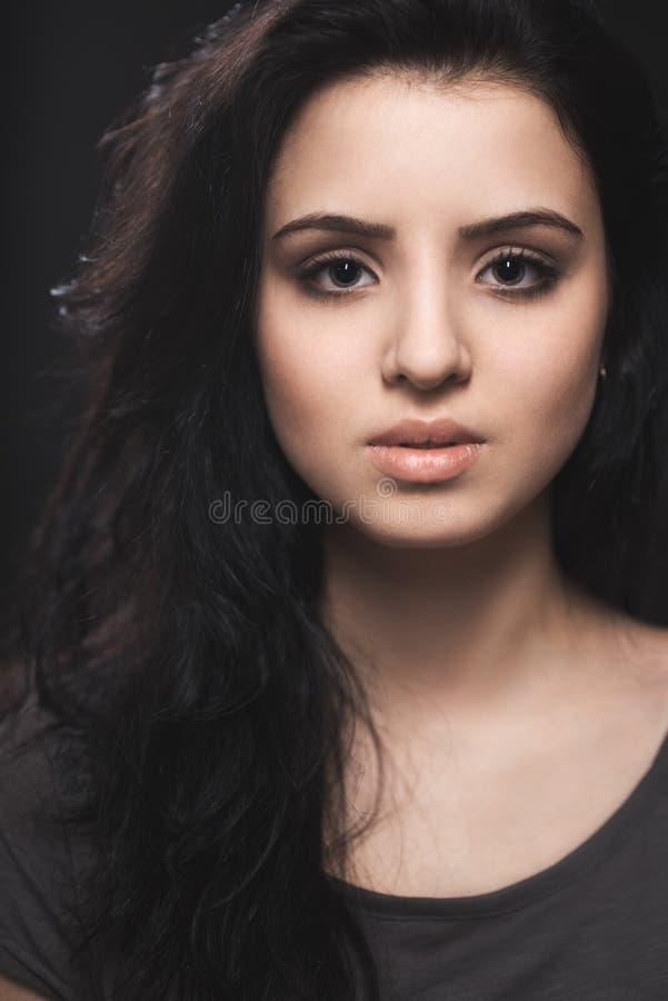 Portret van een mooi jong brunette stock foto