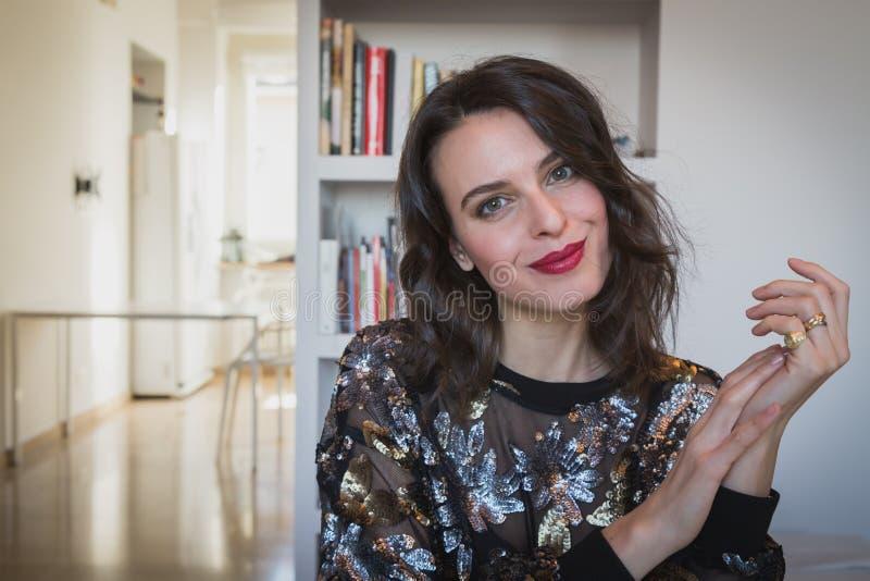 Portret van een mooi jong brunette in de woonkamer royalty-vrije stock foto