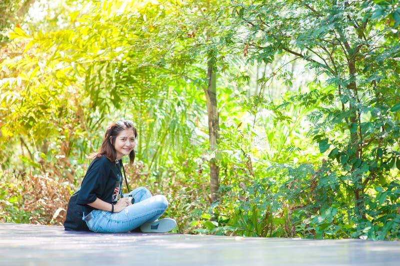 Portret van een mooi jong glimlachend meisje, Aantrekkelijke jonge woma royalty-vrije stock afbeeldingen