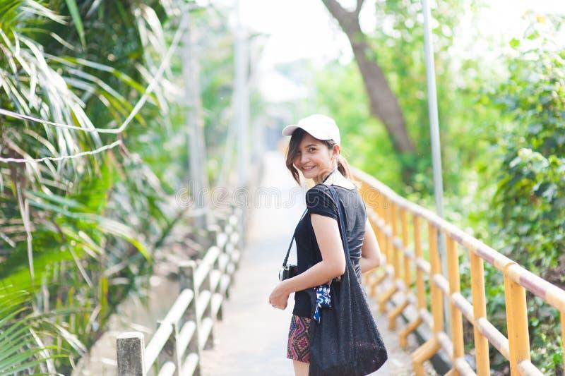 Portret van een mooi jong glimlachend meisje, Aantrekkelijke jonge woma stock fotografie