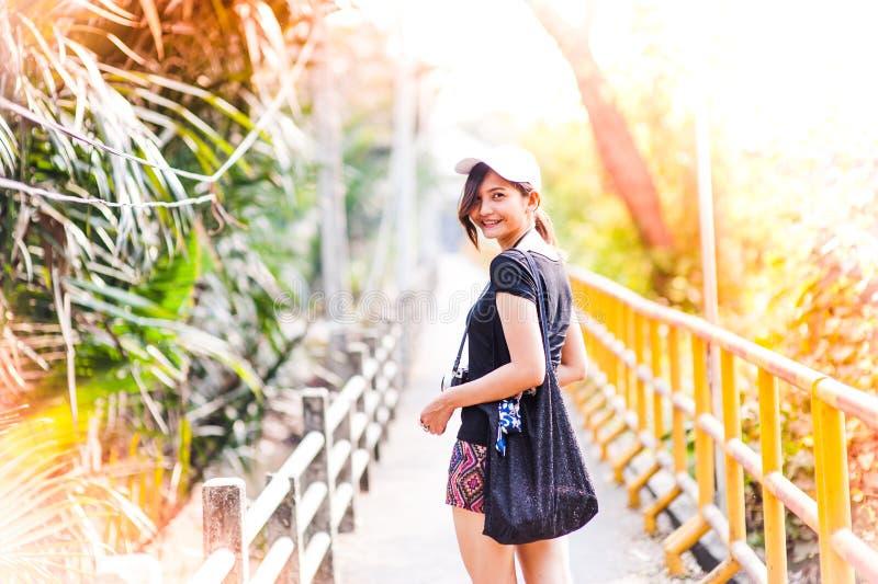 Portret van een mooi jong glimlachend meisje, Aantrekkelijke jonge woma royalty-vrije stock afbeelding