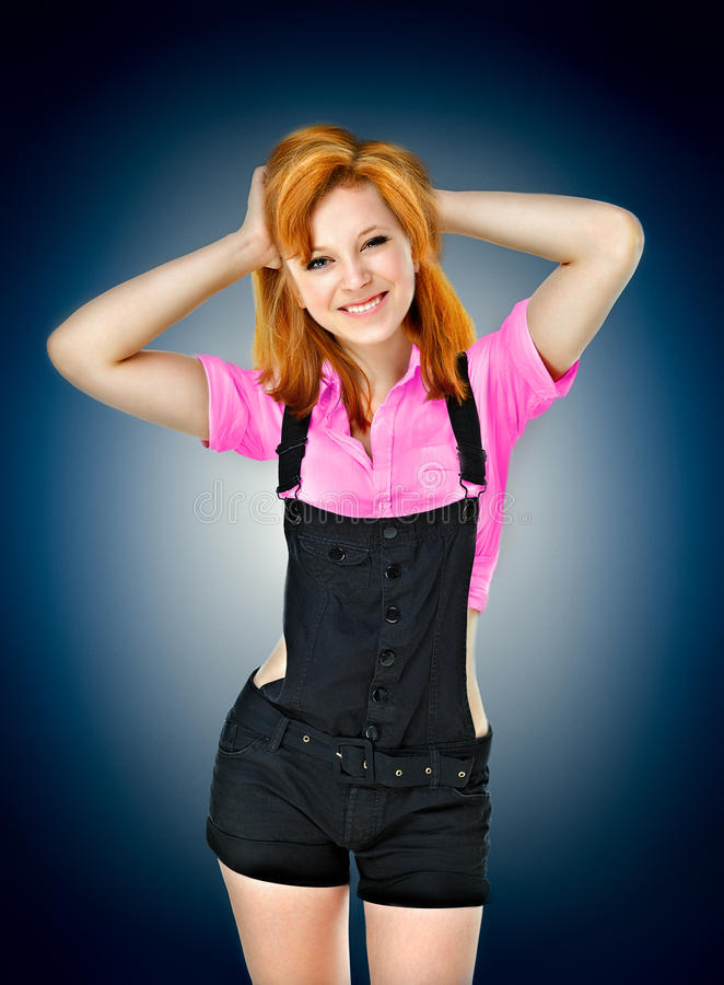 Portret van een mooi jong glimlachend meisje in een rood overhemd op B stock afbeeldingen
