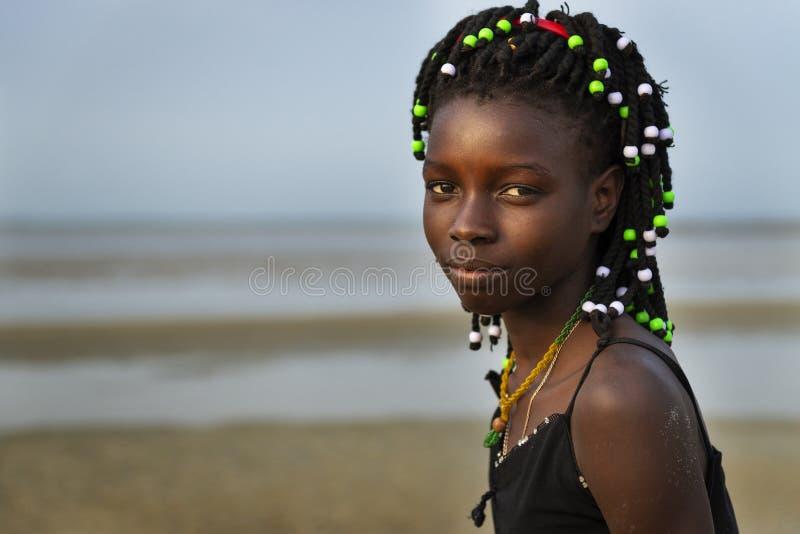 Portret van een mooi jong meisje bij het strand in het Eiland Orango bij zonsondergang stock fotografie