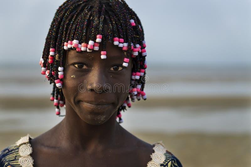 Portret van een mooi jong meisje in het strand in het Eiland Orango bij zonsondergang stock afbeelding