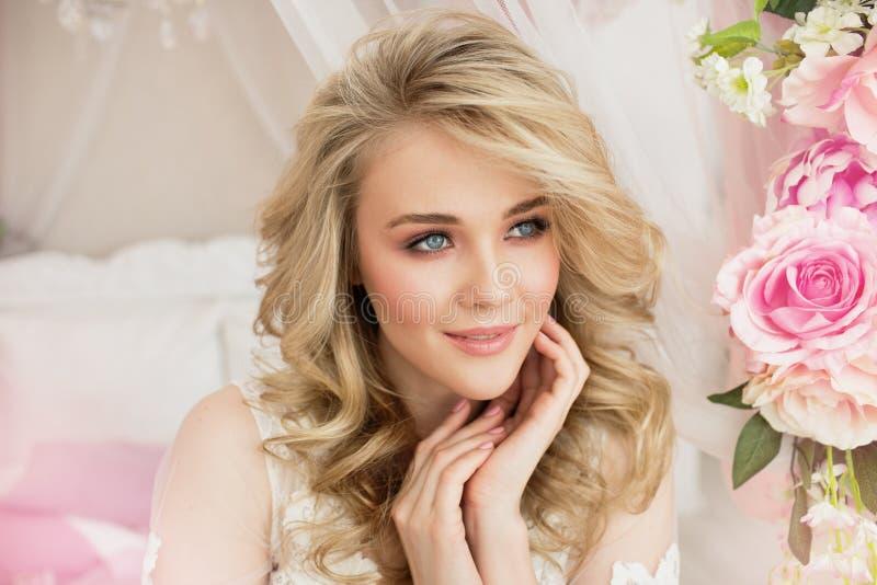 Portret van een mooi jong meisje met bloem thuis royalty-vrije stock fotografie