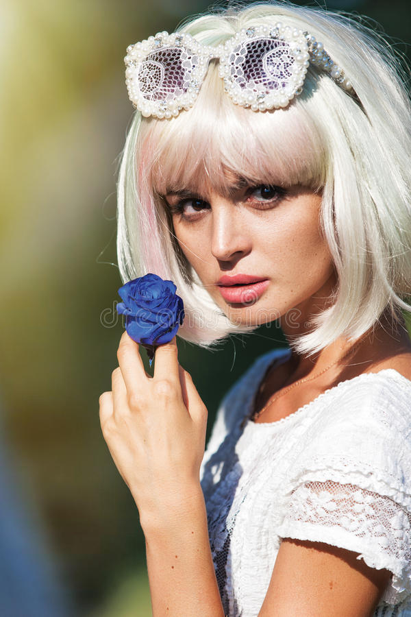 Portret van een mooi jong meisje met een bloem royalty-vrije stock foto