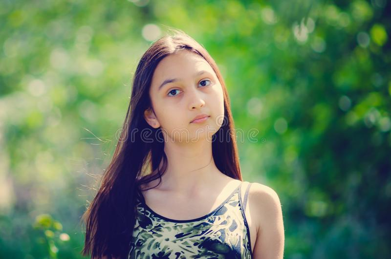 Portret van een mooi jong meisje met lang haar Het stemmen in de stijl van instagram stock afbeeldingen