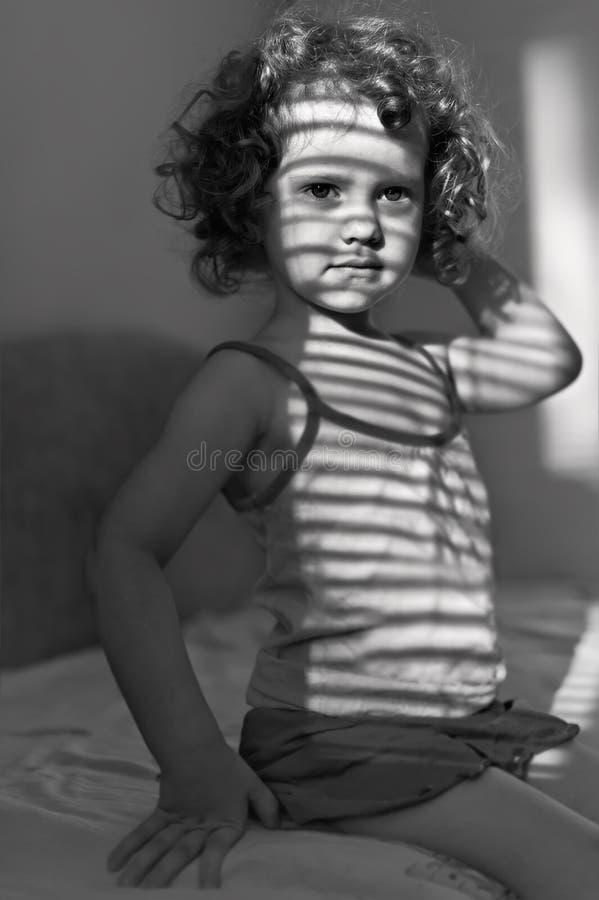 Portret van een mooi jong meisje met schaduw stock foto