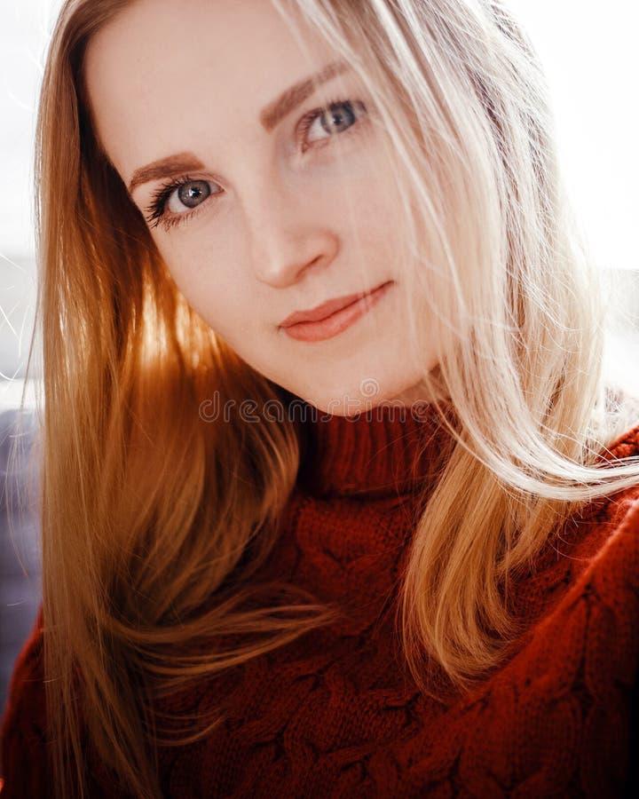 Portret van een mooi jong meisje in een rode sweater royalty-vrije stock afbeeldingen