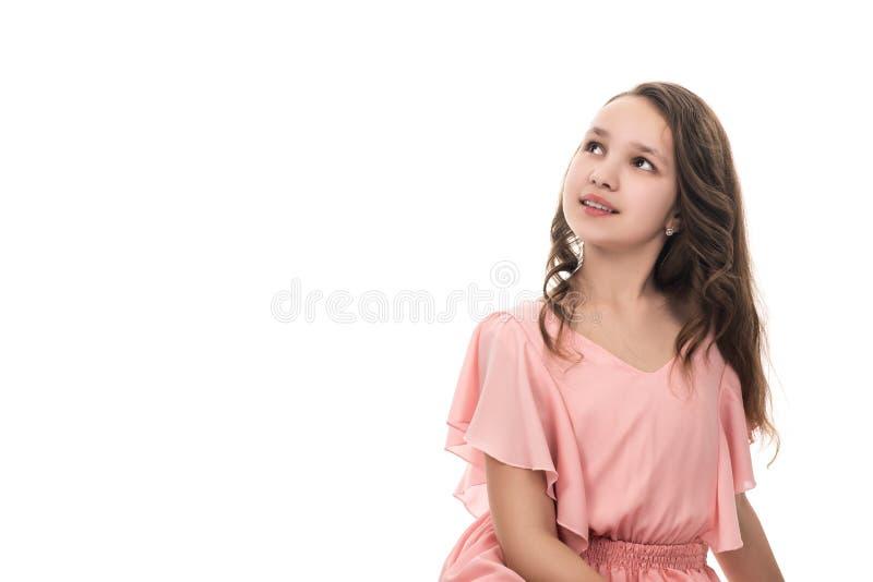 Portret van een mooi jong meisje in roze die kleding, op wit wordt geïsoleerd royalty-vrije stock foto's