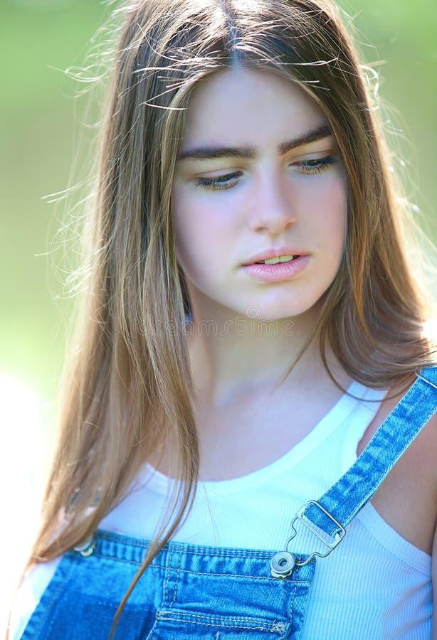 Portret van een mooi jong nadenkend meisje royalty-vrije stock fotografie