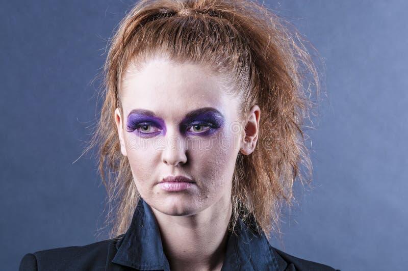 Portret van een mooi jong rood krullend meisje met heldere make-up royalty-vrije stock foto