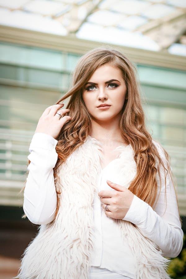 Portret van een mooi jong zeker en succesvol meisje of w stock foto's
