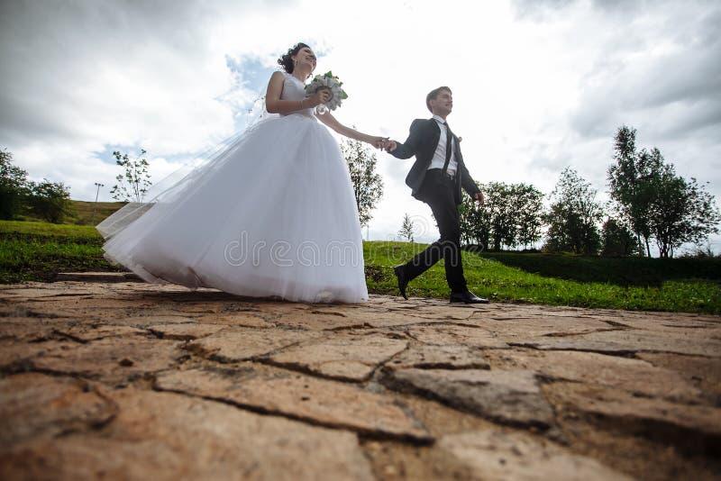 Portret van een mooi jonggehuwde De bruid en de bruidegom op een gang royalty-vrije stock foto