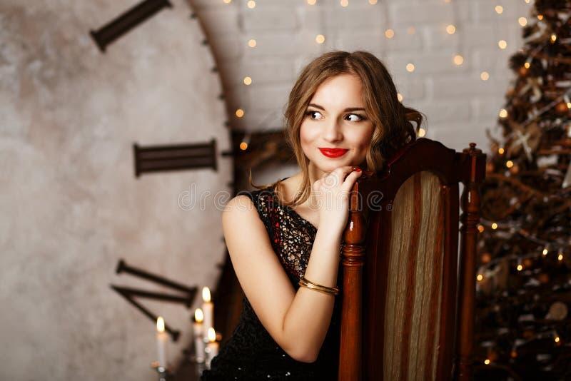 Portret van een mooi langharig jong meisje in zwarte Avond stock afbeelding