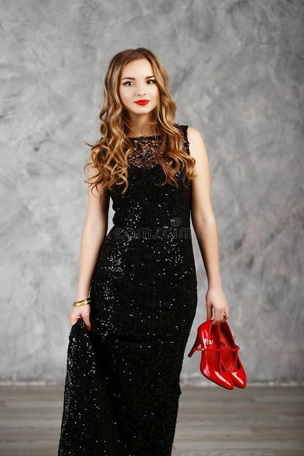 Portret van een mooi langharig jong meisje in zwarte cocktail royalty-vrije stock afbeelding
