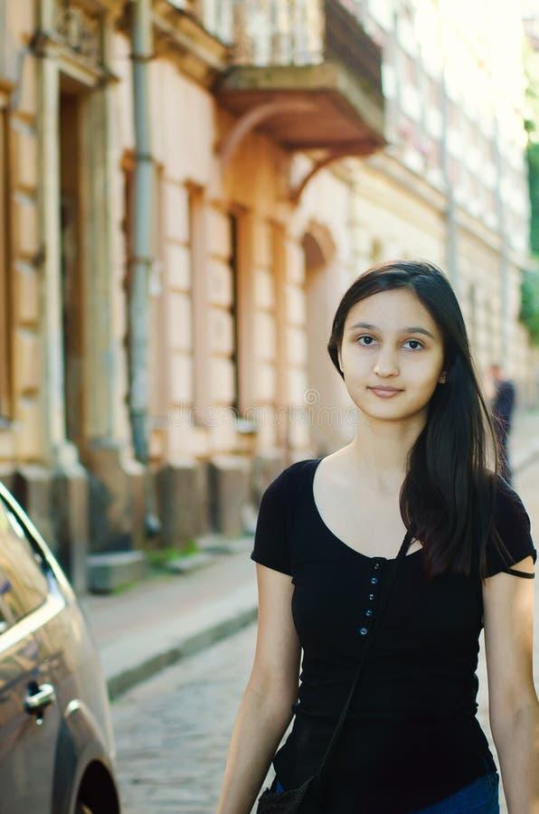 Portret van een mooi langharig meisje in openlucht royalty-vrije stock afbeelding
