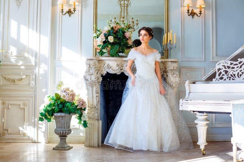 Portret van een mooi meisje in een baltoga in het binnenland Het concept tederheid en de zuivere schoonheid in zoete prinses zien royalty-vrije stock foto