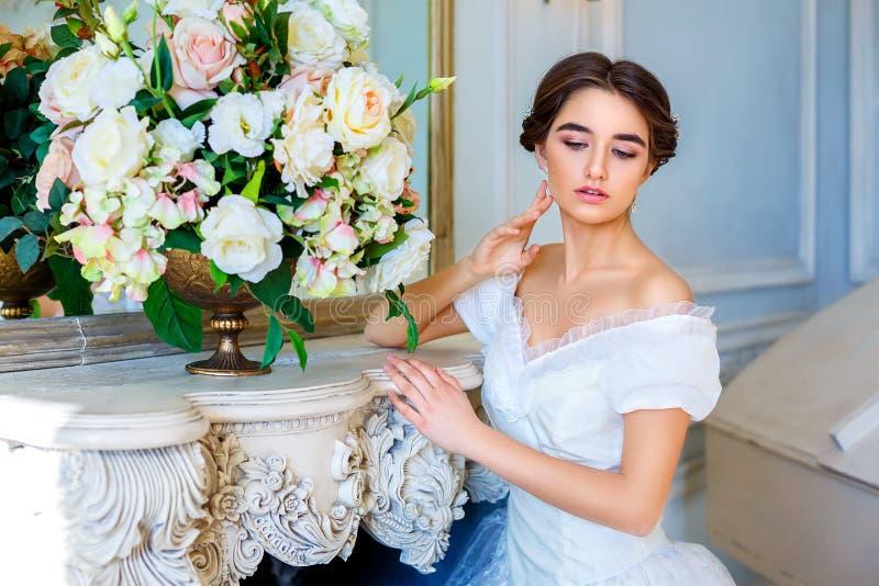 Portret van een mooi meisje in een baltoga in het binnenland Het concept tederheid en de zuivere schoonheid in zoete prinses zien stock foto's