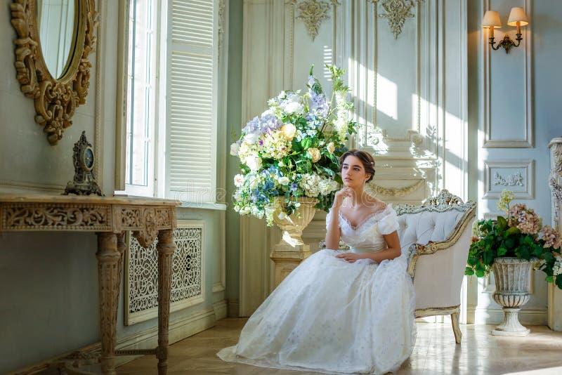 Portret van een mooi meisje in een baltoga in het binnenland Het concept tederheid en de zuivere schoonheid in zoete prinses zien stock fotografie