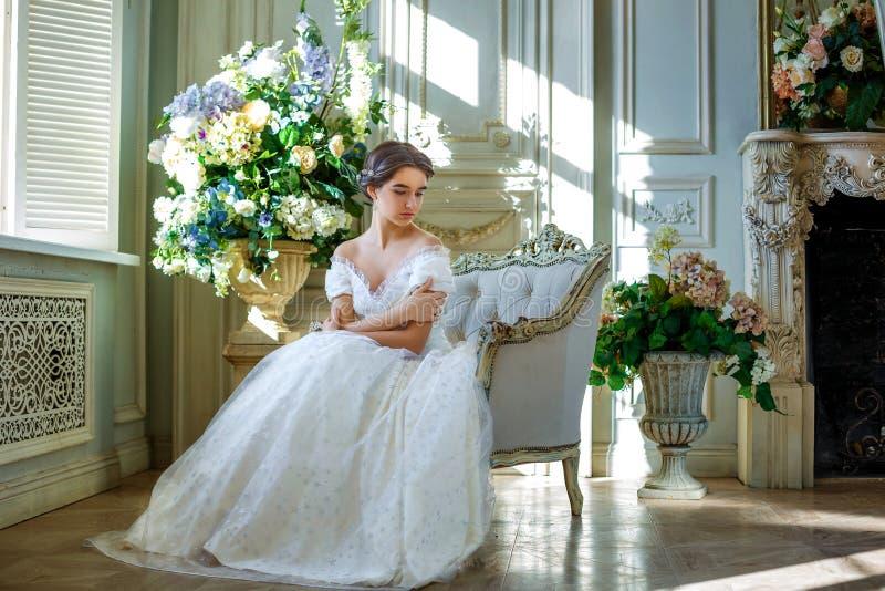 Portret van een mooi meisje in een baltoga in het binnenland Het concept tederheid en de zuivere schoonheid in zoete prinses zien stock foto