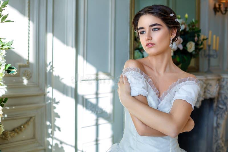 Portret van een mooi meisje in een baltoga in het binnenland Het concept tederheid en de zuivere schoonheid in zoete prinses zien royalty-vrije stock fotografie