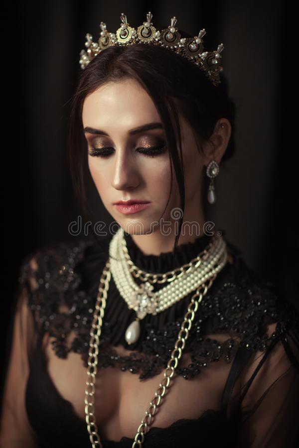 Download Portret Van Een Mooi Meisje In De Kroon Stock Afbeelding - Afbeelding bestaande uit donker, dame: 114226019