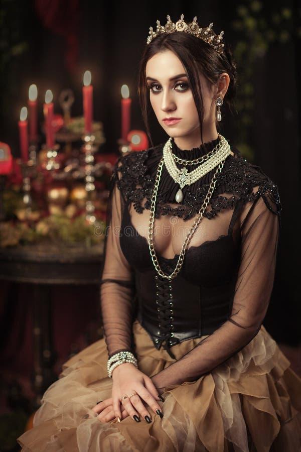 Download Portret Van Een Mooi Meisje In De Kroon Stock Afbeelding - Afbeelding bestaande uit kaukasisch, kijk: 114226037