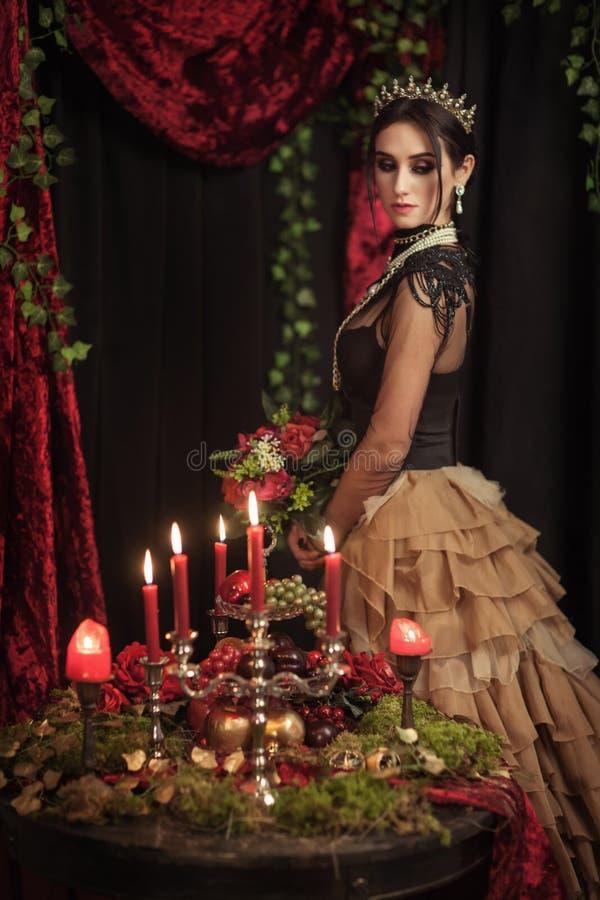 Download Portret Van Een Mooi Meisje In De Kroon Stock Afbeelding - Afbeelding bestaande uit kroon, licht: 114226247