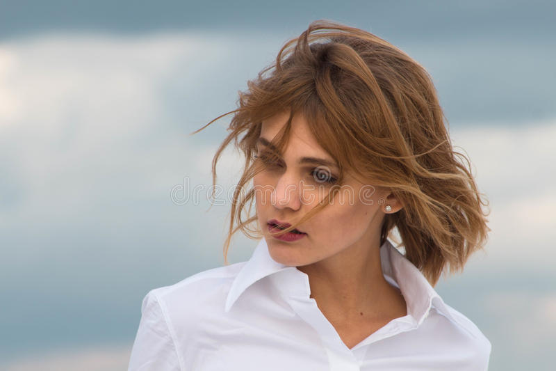 Portret van een mooi meisje die weg kijken royalty-vrije stock afbeelding