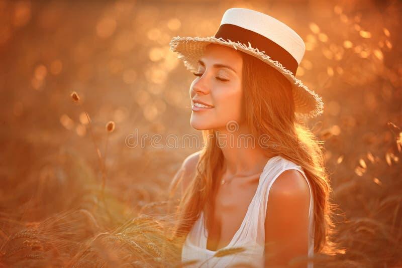 Portret van een mooi meisje in een witte kleding en hoed in fie royalty-vrije stock foto