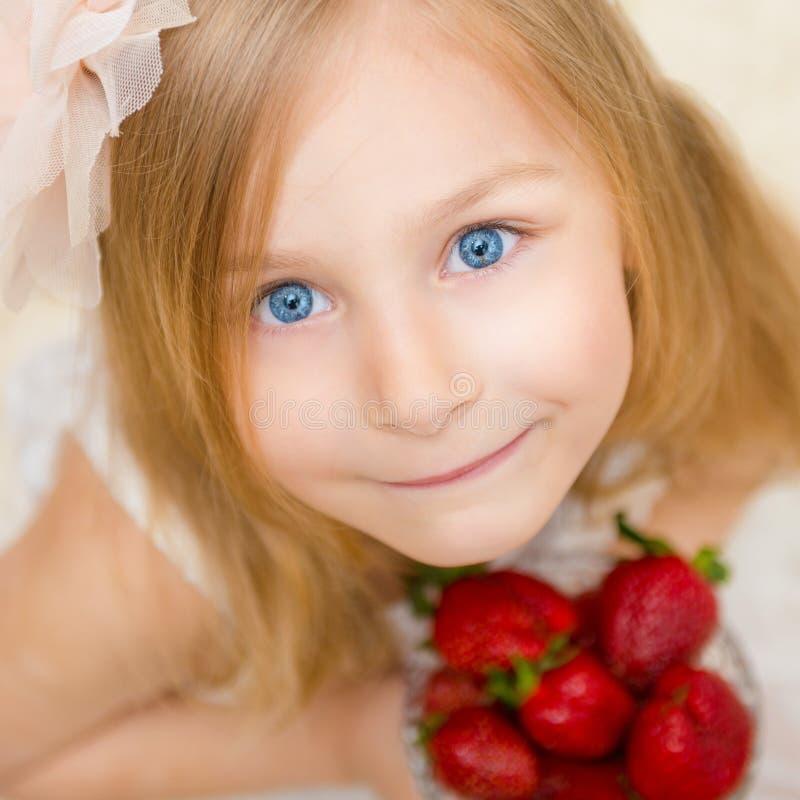Download Portret Van Een Mooi Meisje Met Aardbei Stock Afbeelding - Afbeelding bestaande uit levensstijl, blij: 54084351