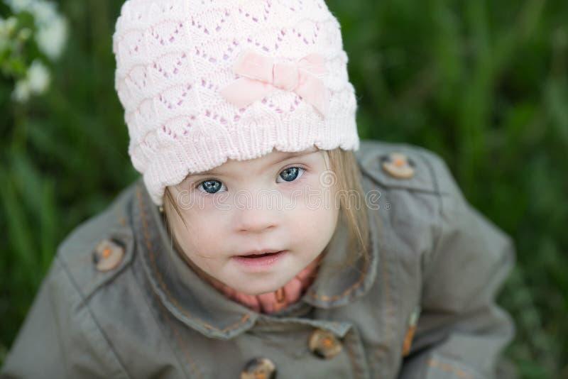 Portret van een mooi meisje met Benedensyndroom stock foto