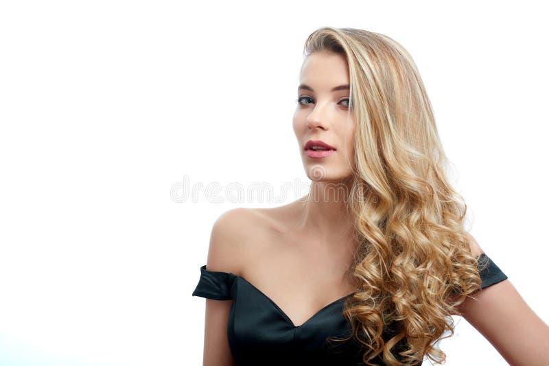 Portret van een mooi meisje met blondehaar op de witte achtergrond stock foto