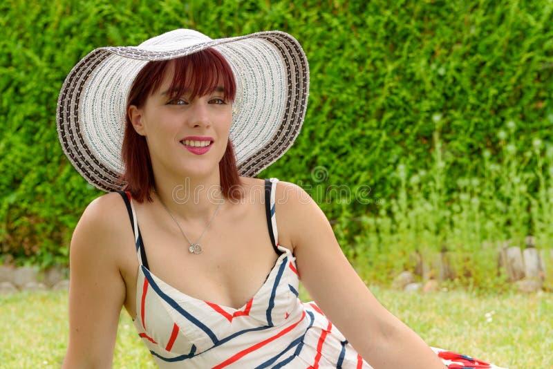 Portret van een mooi meisje met de zomerhoed royalty-vrije stock afbeeldingen