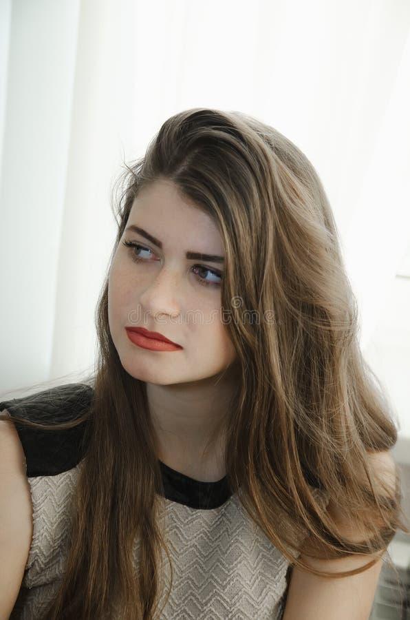 Portret van een mooi meisje met lang bruin haar royalty-vrije stock afbeeldingen