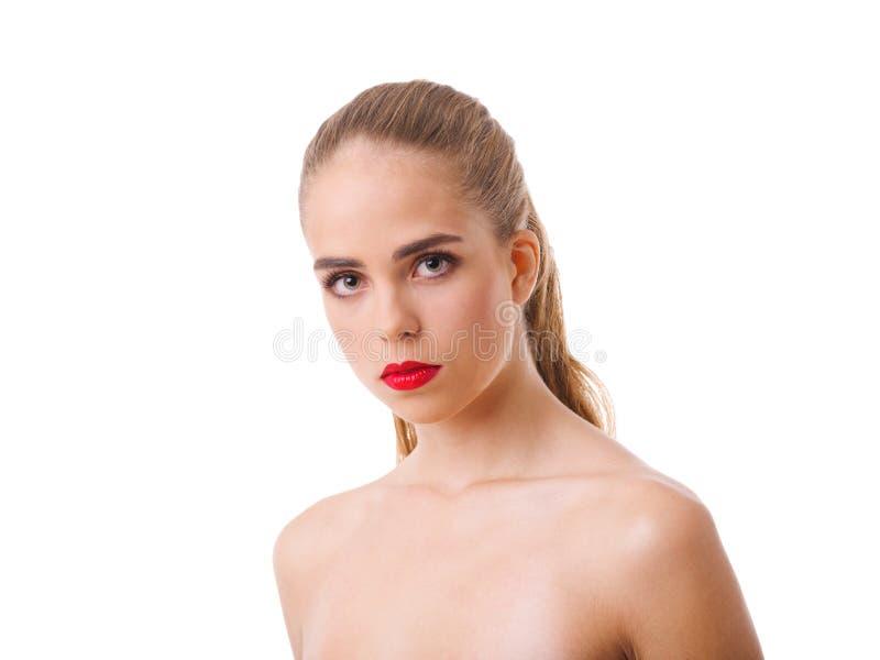 Portret van een mooi meisje, met rode lippen en naakte schouders Geïsoleerdj op witte achtergrond stock fotografie
