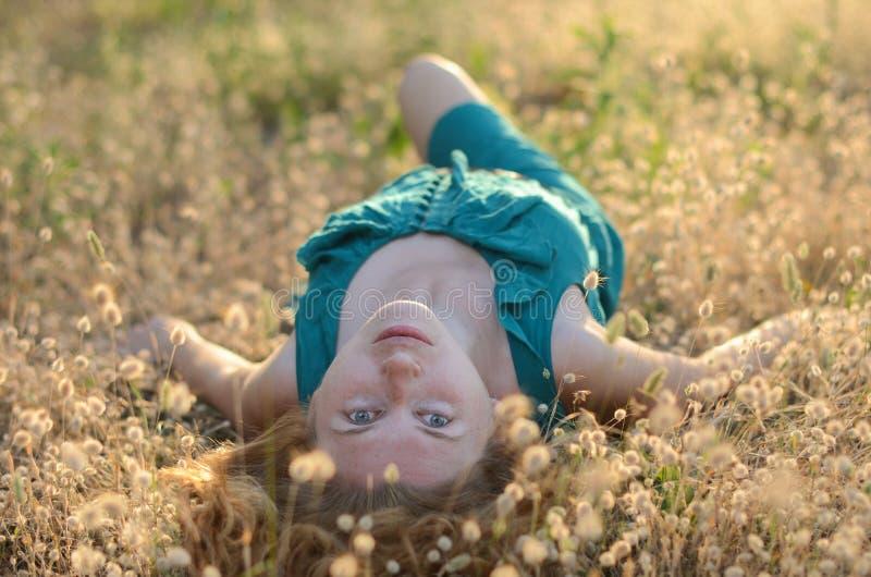 Portret van een mooi meisje met sproeten het liggen stock foto