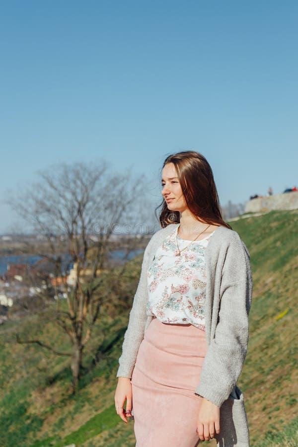 Portret van een mooi meisje met vliegend haar in de wind royalty-vrije stock foto's