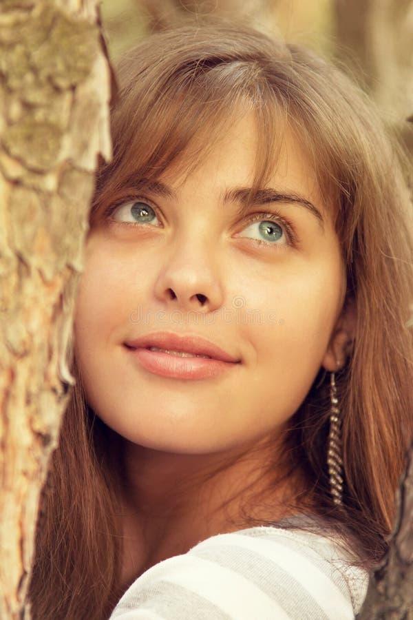 Portret van een mooi meisje op aard royalty-vrije stock foto