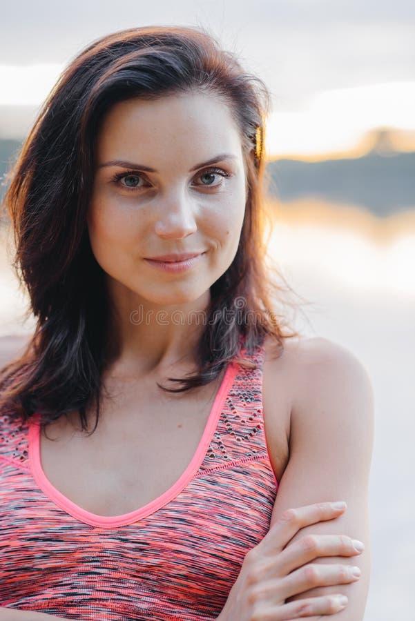Portret van een mooi meisje in sportkleding stock foto's