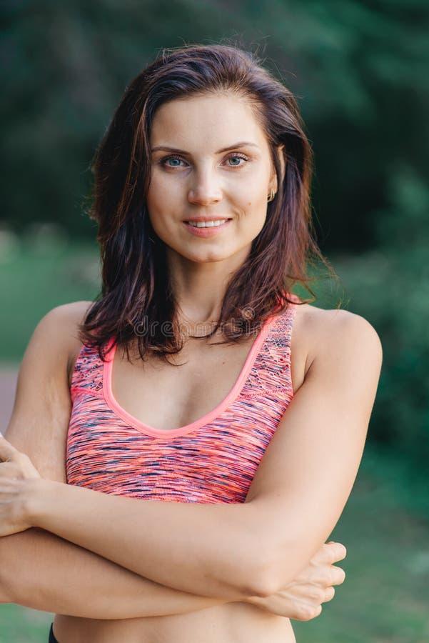 Portret van een mooi meisje in sportkleding stock afbeeldingen