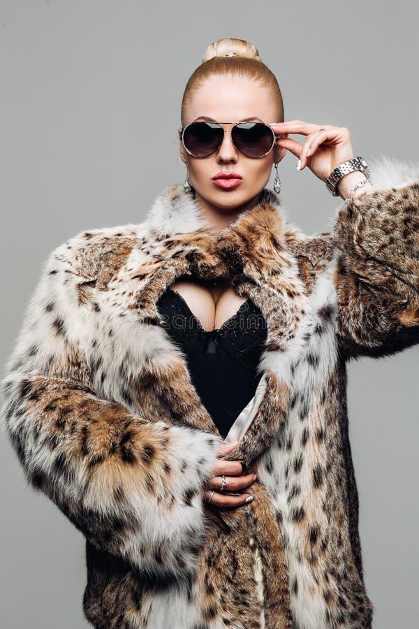 Portret van een mooi model in bont Kleren van de de manier de elegante Vrouw van de bontjaswinter in lynxbontjas Portret van stock foto's