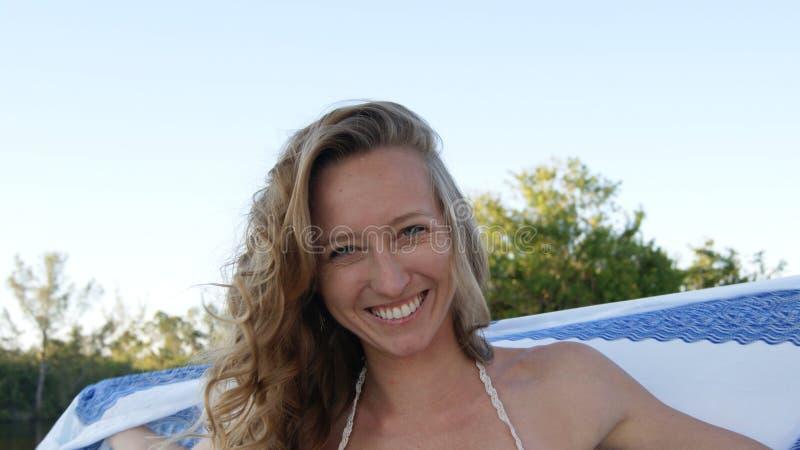 Portret van een mooi model van de blonde jong natuurlijk vrouw met een witte en blauwe mandalasjaal en blauwe ogen royalty-vrije stock foto