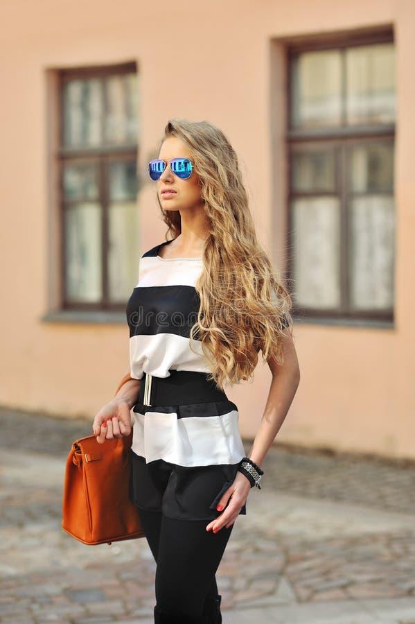 Download Portret Van Een Mooi Model Met Lang Krullend Blondehaar Prett Stock Foto - Afbeelding bestaande uit mooi, schoonheid: 39115308