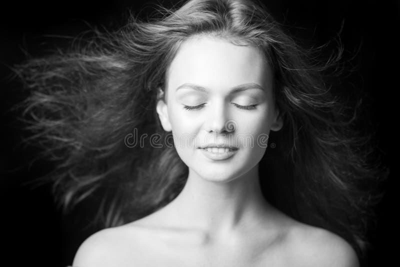 Portret van een mooi modieus jong meisje met vliegend haar stock afbeelding