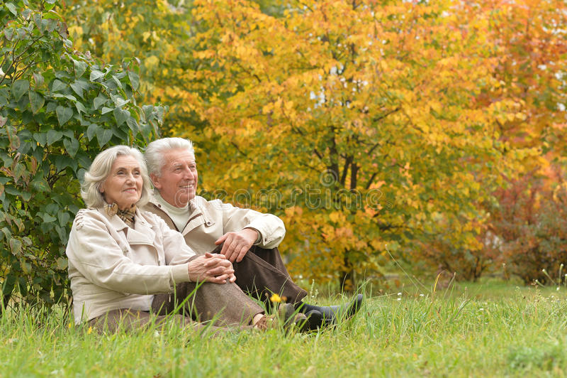 Portret van een mooi paar op middelbare leeftijd in het de herfstpark royalty-vrije stock foto