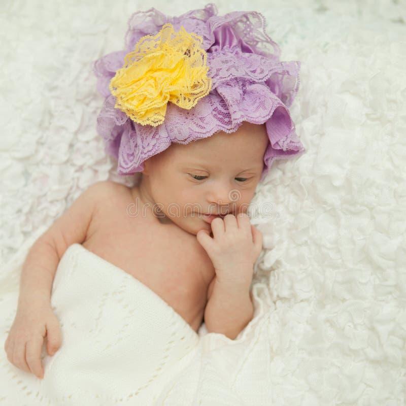 Portret van een mooi pasgeboren meisje met Benedensyndroom stock foto